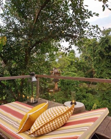 Santai sore di teras sambil menyaksikan kegiatan di Pura. (Foto : Arno Santosa - https://www.instagram.com/arnophotosantosa/)