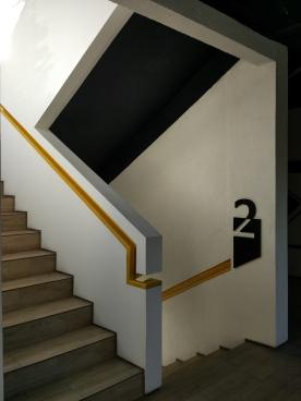 Railing kuning dengan desain modern menjadi aksen di tangga. ( Foto: Adon Amrin - https://www.instagram.com/adonamrin/)