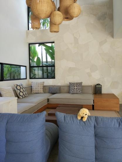 Warna-warna ini mungkin terlihat 'dingin', namun kehangatan living room ini hadir melalui berkumpulnya anggota keluarga. (Foto : Adon Amrin - https://www.instagram.com/adonamrin/)