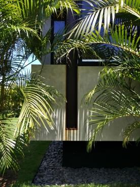 Bangunan modern ini terlihat akrab dengan alam di sekitarnya. Foto : Adon Amrin – https://www.instagram.com/adonamrin/