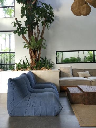 Kumpulan sofa-sofa nyaman di living room. (Foto : Adon Amrin - https://www.instagram.com/adonamrin/)