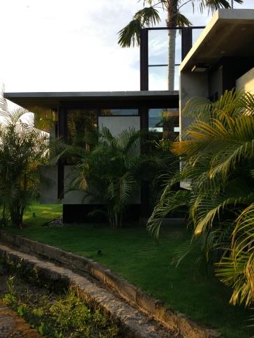 Bentuknya sangat kontras dengan lingkungannya. Namun ia bisa berharmoni. (Foto; Adon Amrin - https://www.instagram.com/adonamrin/)