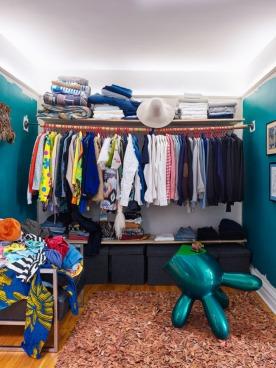 Ruang pakaian Kahn. (Foto : Annie Schlechter)