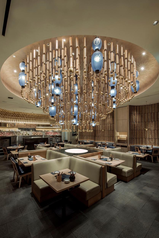 Chandelier lampion yang masif menjadi pusat dari ruangan restoran. (Foto : Syafril Hendro - https://www.instagram.com/syafrilphoto/)