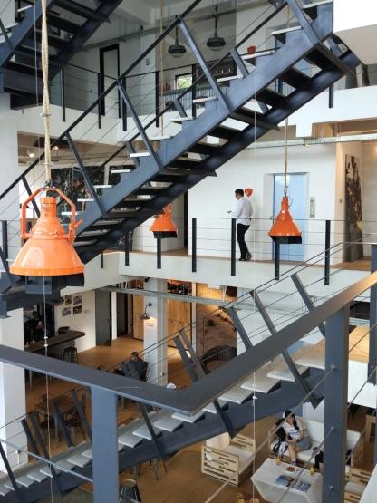 Cara jitu untuk menampilkan karakter maskulin dan kesan industrial adalah dengan mengekspos tangga baja berwarna hitam di tengah ruangan. (Foto : Adon Amrin - https://www.instagram.com/adonamrin )