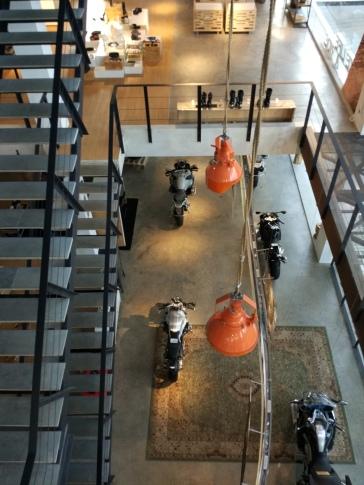Lantai dasar menggunakan semen ekspos, sementara lantai dua menggunakan lantai kayu dengna finishing natural. (Foto : Adon Amrin - https://www.instagram.com/adonamrin )