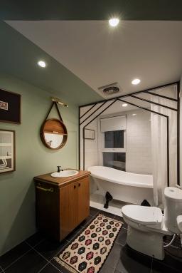 Kamar mandi di kamar utama.
