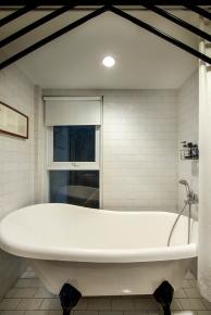 Kamar mandi utama.