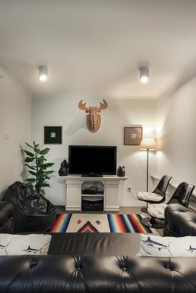 Living room dengan lebar kurang dari empat meter.