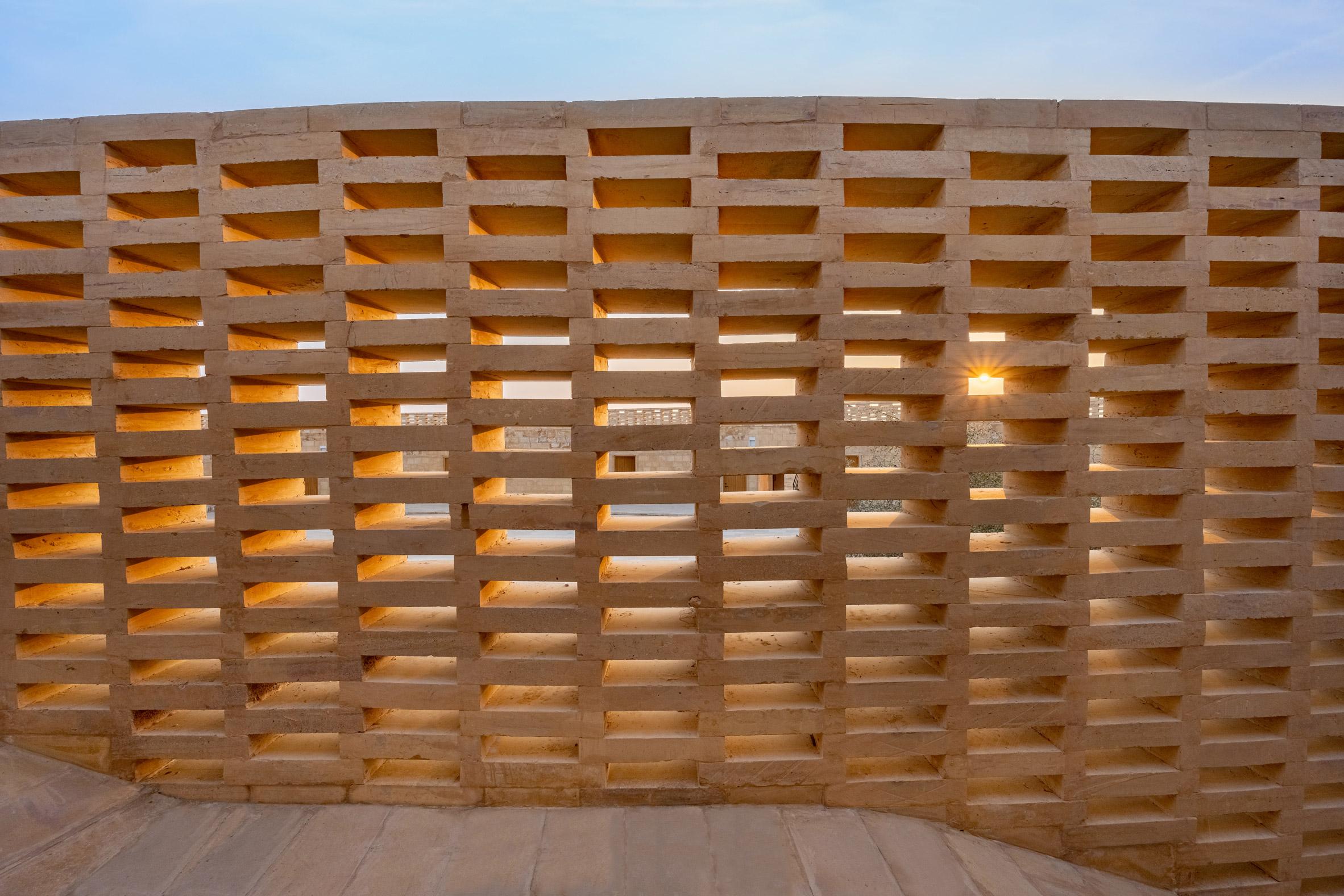 BANGUNAN SEKOLAH BERBENTUK OVAL DI TENGAH GURUN THAR INDIA DSGNTALK ARCHITECTURE DESIGN SUSTAINABLE SANDSTONE